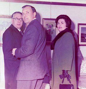 """Michele Rosa si intrattiene con gli ospiti della galleria  """"Arte Club Esposizione"""" in via Cantelmi, Sora -1970 c.a."""