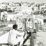 Michele Rosa mentre ritrae il paesaggio che si affaccia su Sperlonga (Fr)