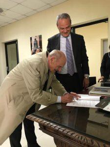 Firma del documento di donazione